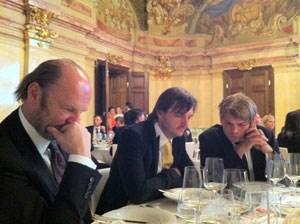 Fußball statt Festrede: Winzer Roland und Heinz Velich, Michi Gross mit iPhones.