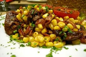 So wertvoll wie ein Hauptgericht: Hühnerleber mit Mais, Paradeisern und Speck