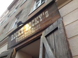 Hier kommt es gut weg, das Fleisch: Rocky Docky's Western und Steak House in 1160.Vorspeise, Hauptspeise, Zuspeise mal zwei plus Wein, Sozi, Kaffee: 93,60 Euro.