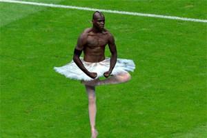 Balotelli als Ballerina