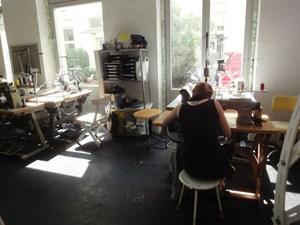 Die Schneiderinnen werkeln auf alten Maschinen der Marken Pfaff und Union Special.