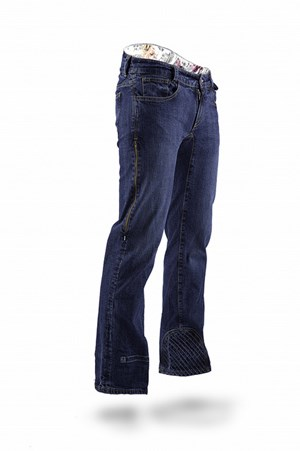 Velostitch ist jene Hose, die die Firma bekannt gemacht hat. Luftzip, Kurbelschutz, angedeuteter Nierengürtel, Hintertaschen, die beim Radeln nicht stören - alles da.