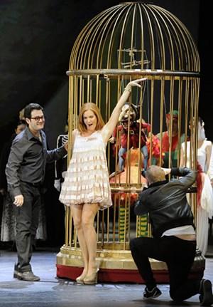 "Model statt Puppe: Marlis Petersen (als Olympia) probt ""Hoffmanns Erzählungen"" (mit Arturo Chacón-Cruz als Hoffmann)."