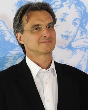 Roland Geyer inszeniert: weg von Märchenhaftigkeit.