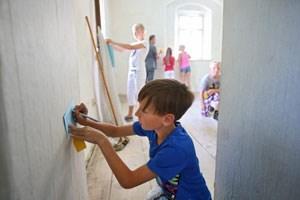 Wollen das Lernumfeld aktiv mitgestalten: Nachdem die Kinder ihre Volksschule inspiziert hatten, schrieben manche auf Zettel, was ihnen im Schulhaus gefällt und was gar nicht.