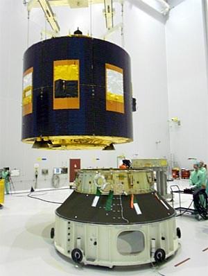 MSG-3 während der Montage im Ladeadapter der Ariane 5.