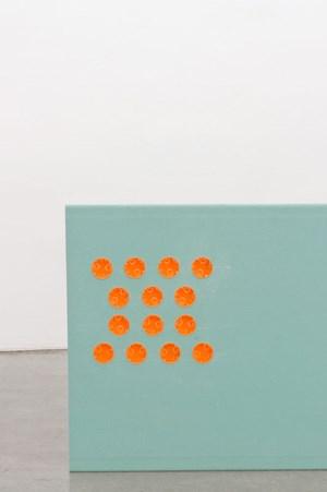 """""""Falsche Universalismen"""" heißt  sowohl die Ausstellung von Valentin Ruhry in der Galerie König wie auch diese Arbeit von 2012,  eine Gips betonplatte mit Ornament aus Verkabelungsdosen."""