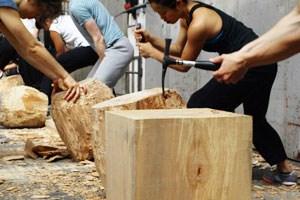 Die lustigen Holzhacker-Tänzer. Eine Körpertechnik nach der anderen wird auf ihre künstlerische Verwendbarkeit getestet.