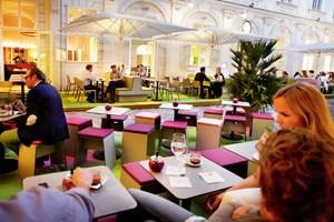 Nicht nur eine, sondern gleich zwei farbenfröhliche Terrassen bietet das neue Freyung 4 im Hof des Palais Kinsky.