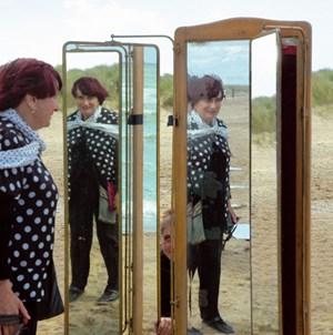 """Rückspiegelung am Strand der Kindheit: Die französische Filmemacherin Agnès Varda sucht in """"Les plages d'Agnès"""" nach Wegen, die eigenen Erinnerungen sichtbar zu machen."""
