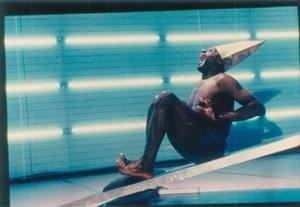 Von der päpstlichen Kopf- bedeckung zum Narrenhut: Dem britischen Maler Francis Bacon zufolge ist es nur ein kleiner Schritt vom einen zum anderen, und der Choreograf Johann Kresnik macht deutlich, wie das zu verstehen sein könnte. Im Bild Ismael Ivo als schreiender Kardinal, eines der berühmtesten Motive bei Bacon.