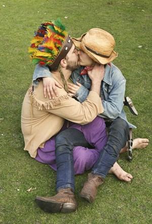 Die Narrenhüte der Liebe: Angela Schubot und Jared Gradinger haben sich eines alten Themas angenommen und stellen es so bewegend dar wie kaum jemand zuvor.