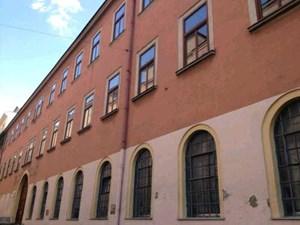 Langgestreckte Fassade mit Korbbogentor: die ehemalige Bösendorfer-Fabrik in der Graf-Starhemberg-Gasse 14. Hier werden 80 Wohnungen samt Tiefgarage errichtet.