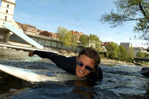 Surfen auf der Mur: Ein beliebter, aber, wie die medizinische Uni erhob, höchst gesundheitsgefährdender Wassersport.