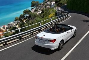 """Hauptvorteil eines Cabrios mit """"Fetzendach"""" ist der Umstand, dass die Designer keine ästhetischen Kompromisse eingehen müssen. Entsprechend stilsicher kommt auch Lancias Flavia daher."""