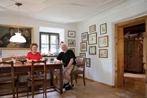 """""""Ich bin ein Freund des Biedermeier. Ich mag die Möbel, und ich mag die politische Gesinnung."""" Karl und Martha Merkatz in ihrer Stube in Straßwalchen."""