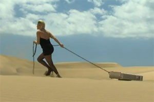 Alexandra Meissnitzer in der Wüste.
