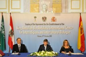 Unterschriftenzeremonie mit den Außenministern Saudi-Arabiens, Österreichs und Spaniens anlässlich der Gründung des König-Abdullah-Zentrums.