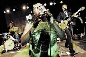 Energiebündel Sharon Jones singt sich den Soul aus dem Leib. Im Hintergrund sorgen die schneidig gekleideten Dap-Kings für rauen Funk im Arkadenhof des Wiener Rathauses.