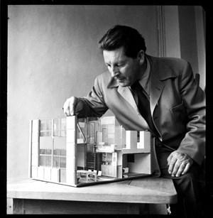 """Transparenz und viel Licht: Rietveld mit einem Modell des """"Kernhauses"""" 1941."""