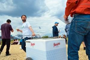 René Redzepi (links), Noma-Chef, MAD-Initiator und kulinarisches Zugpferd, packt selbst zu und schleppt den Eiskarren über das Symposiumsgelände (unten).