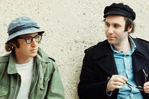 """Wie setzt man seine Pointen um? US-Regisseur Woody Allen am Set seiner Sciencefiction-Komödie """"Sleeper"""" (1973) mit seinem oftmaligen Ko-Autor Marshall Brickman."""