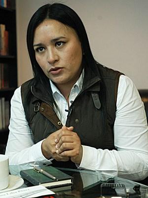 """Die 35-jährige Journalistin Ana Lilia Pérez schreibt für die mexikanische Investigativ-Zeitschrift """"Contralínea"""" (Gegen den Strich) und hat in den letzten Jahren immer wieder Beziehungen zwischen Politikern und Drogenkartellen aufgedeckt. In ihren beiden Büchern """"Camisas azules, manos negras"""" (Blaue Hemden, schwarze Hände) und """"El Cártel Negro"""" (Das schwarze Kartell) zeigt sie unter anderem die Verbindungen zwischen dem Staatskonzern Petróleos Mexicanos (Pemex), der mexikanischen Regierung und den Drogenkartellen auf. Sie kommt dabei zu dem Schluss, dass die Drogenkartelle die Kontrolle über Pemex gewonnen haben. Auf Einladung der Hamburger Stiftung für politisch Verfolgte wird sie die nächsten zwölf Monate in Deutschland verbringen."""