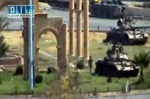 Panzer der syrischen Armee queren eine archäologische Stätte.