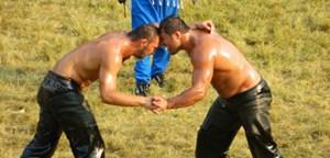 Stirn an Stirn ein Tänzchen auf dem Gras: Der spätere Turniersieger Ali Gürbüz (li.) und Recep Kara.