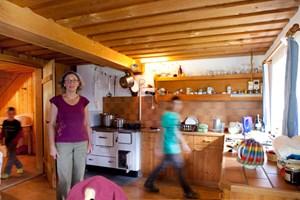 Die Küche ist der zentrale Raum der Almhütte. Im Sommer lebt Simone König mit Kindergruppen und Ziegen auf der Alpe Agtenwald.