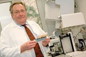 Wolfgang R. Mayr ist Vorstand der Wiener Universitätsklinik für Blutgruppenserologie und Transfusionsmedizin und seit 45 Jahren in der Transfusionsmedizin tätig. Er ist Berater des Österreichischen Roten Kreuzes im Blutspendewesen.