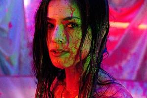 """Farbe oder Blut, bald ununterscheidbar: Miki Mizuno als Femme fatale in Sion Sonos Erotikdrama """"Guilty of Romance""""."""