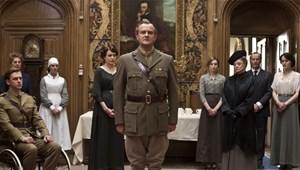 """Der Erste Weltkrieg stellt die Adelsfamilie vor Aufgaben. Der Lord (Hugh Bonneville) stellt sich tapfer, Herzoginmutter Violet (Maggie Smith, Dritte von rechts) mit spitzer Zunge: Erfolgsserie """"Downton Abbey""""."""