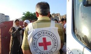 Ein Mitarbeiter des Roten Kreuzes kontrolliert die Namen von Palästinensern, die ihre Verwandten im israelischen Gefängnis besuchen.