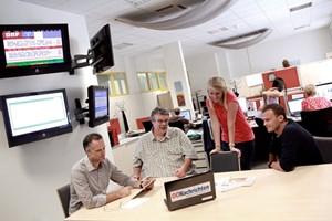 Von rechts nach links: Print-Chef vom Dienst Tom Arnoldner, Online-Ressortleiter Carsten Hebestreit, Online-Redakteurin Andrea Nigl und Print-Online-Koordinator Clemens Thaler in der nachrichten.at-Redaktion.