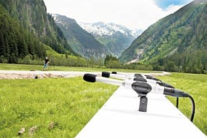 Was wie die Vorbereitungen auf eine Pressekonferenz im Freien aussieht, ist ein Aufbau für das sich selbst organisierende Sensorsystem im Nationalpark Hohe Tauern. Damit können völlig autonom Bewegungen von Mensch und Tier verfolgt und analysiert werden.