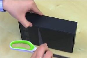 Scheren, Messer und Fingernägel müssen beim Auspacken des Nexus 7 herhalten.