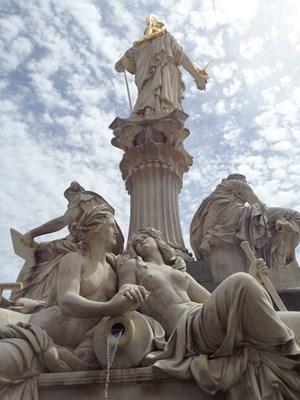 Die von Carl Kundmann ausgeführte Statue befindet sich auf der Hinterseite des Brunnens vor dem Wiener Parlament.