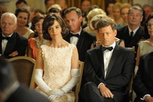 """Katie Holmes und Greg Kinnear als Jackie und John F. Kennedy in """"The Kennedys"""", Freitag, 20.15 Uhr, ATV 2."""