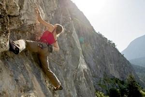 Österreich ist im Sportklettern an der Weltspitze. Die drei Besten stammen aus Imst, wie Doppelweltmeisterin Angela Eiter. Infos: www.climbers-paradise.com, www.imst.at