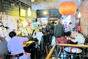 Moskau, informell: Ein Café an der Bolschaja Nikitskaja bietet gute Atmosphäre, ausgezeichnetes Essen und regen Austausch.
