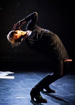 """Könnten die Tänzer einmal gefährlich werden? Jennifer Lacey verkündet in ihrem Solo """"Gattica"""" Weissagungen über den Tanz von morgen."""