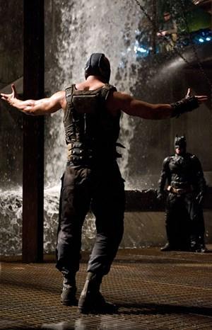 Harte Bandagen für die Fledermaus: Bane (Tom Hardy) entpuppt sich als zäher Widersacher Batmans (Christian Bale).