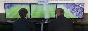 """""""FIFA 13"""" auf drei Bildschirmen zocken."""