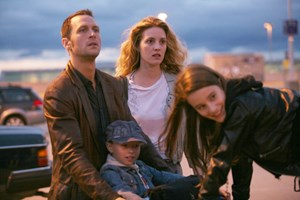 """Ein Idyll wird entzaubert: Antoine (Kevin Parent, li.) und seine Familie in """"Café de Flore""""."""