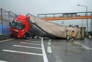 Der Lkw mit 14 Tonnen Ladegut blockierte die gesamte Fahrbahn.