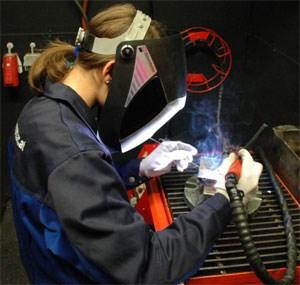 Der Besuch einer HTL bedeutet auch Werkstättenunterricht - hier eine Schülerin in der HTL Bregenz beim Löten.