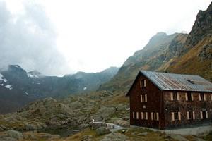 Der Wanderer war am Weg zur Bremer Hütte, als er ausrutschte und 40 Meter abstürzte. Er konnte sich aus eigener Kraft zurück auf den Wandersteig retten.