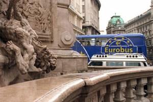 """Der Eurobus - diesmal wohl ein wenig auch auf """"Werbetour"""" für die Währung."""