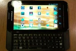 Auf dem Foto von SlashGear soll das Motorola Photon Q abgebildet sein.